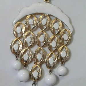 Jewelry - Goldtone & White detailing And Bead Necklace